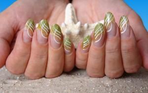 Grüne Nagelmodellage mit Naildesign