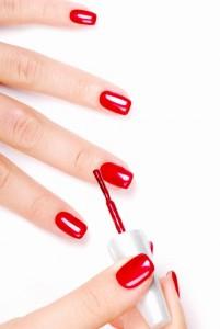 Rot-lackierte Fingernägel